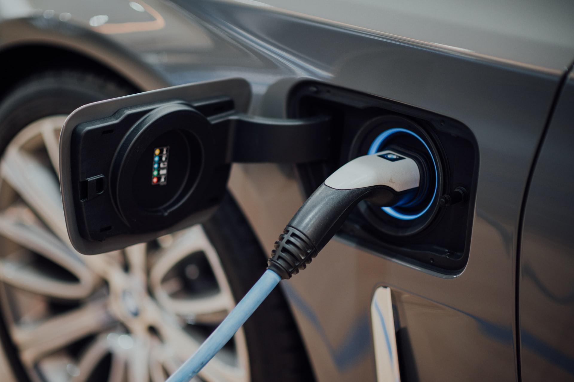 脱炭素社会でガソリン車から電気自動車へ